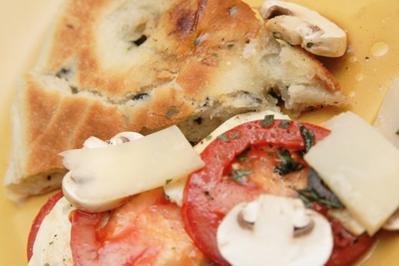Focaccia mit Knobi und Oliven, mediterranes Fladenbrot - Rezept