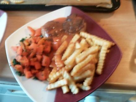 Scharfe Frikadellen mit süssem Möhrengemüse mit Tomatensosse - Rezept