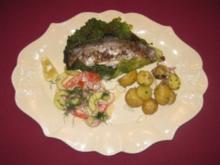 Gurkensalat, gefüllte Forelle, Kartöffelchen und Zwiebeln - Pause in Frankreich - Rezept
