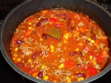 Chili con Carne mit Zucchini und vielen Gewürzen; mexikanischer Hackfleisch-Eintopf - Rezept