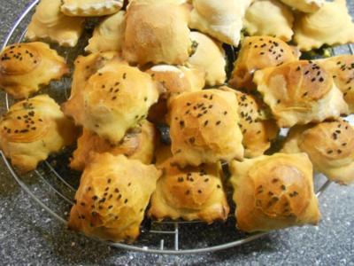 Kleine Hefetaschen mit Spinat und Feta à la Mini-Börek - Rezept
