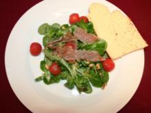 Feldsalat mit Kartoffeldressing, dazu Specklardons und hausgemachte Focaccia - Rezept