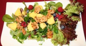 Feld- und Friséesalat mit karamellisierten Ananas und Walnüssen - Rezept