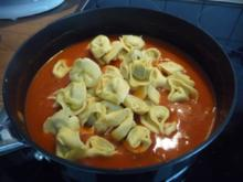 Pasta  :  Tortillini mit Tomatensoße - Rezept