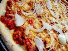 Pizza Bolognese; mit Zwiebeln - Rezept