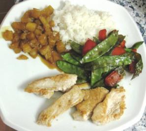 Orientalische Putenbrust mit Ananas-Chutney, Zuckerschoten-Paprika-Gemüse und Reis - Rezept