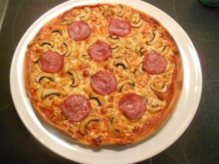 Pizza Speciale mit Thunfisch, Zwiebeln, Champigons und Salami - Rezept