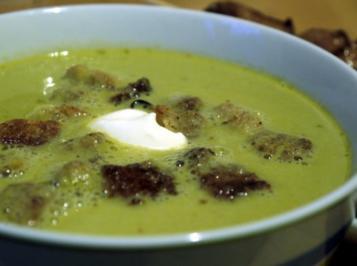 Feines grünes Erbsensüppchen mit Thymian-Croutons und Hähnchenspießen - Rezept
