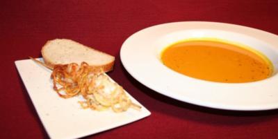 Kürbissuppe und mit Kartoffelspagetti ummantelte Scampi - Rezept