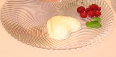 Rezept: Bayrische Crème mit Himbeere auf Glühweinspiegel