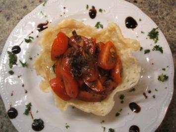 Käse: Parmesankörbchen mit Tomatensalat - Rezept