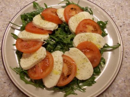 Tomaten mit Mozzarella auf Rucola - Rezept
