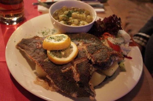 Fisch Scholle Gebraten Mit Heißen Stachelbeeren Und Salzkartoffeln