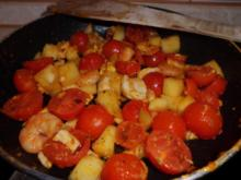 Pfannengericht: Tomaten-Mango-Pfanne mit Garnelen und Ei - Rezept
