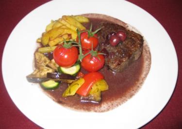 Rindersteak mit Kräuterbutter an Ofengemüse und Pommes Toskana auf Kirsch-Rotwein-Soße - Rezept