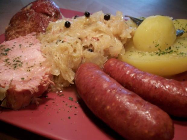 Kasseler mit süßen Sauerkraut, Salzkartoffeln und Mettenden....... - Rezept - Bild Nr. 3
