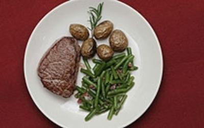 Filetsteaks mit Minikartoffeln und grünem Bohnensalat (Hanno Friedrich) - Rezept