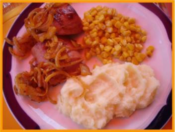 Gebratene Fleischwurst mit Röstzwiebeln, Mais und Kartoffelpüree - Rezept