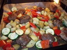 Frikadellen und Gemüse vom Blech - Rezept