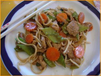 Nudeln mit Schweinefleisch und Gemüse in Pflaumensauce - Rezept