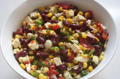 Bunter Salat mit Kidneybohnen, Mais und Feta - Rezept