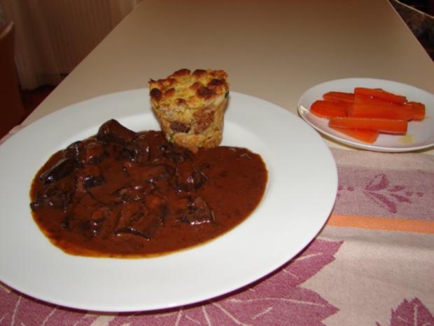 Schweine-Pfeffer-Ragout mit Semmelauflauf und Butterkarotten - Rezept