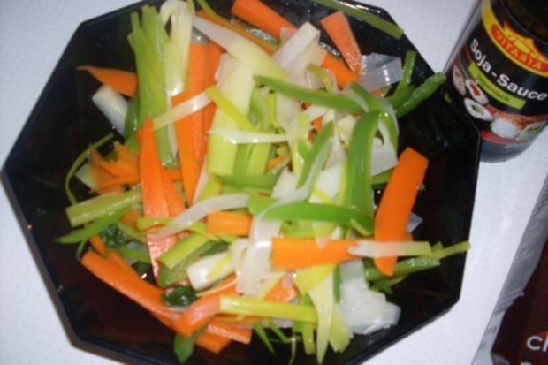 """Huhn """"Asiatisch"""" mit Gemüsestreifen auf Mie-Nudeln - Rezept - Bild Nr. 3"""