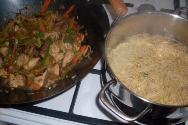 """Huhn """"Asiatisch"""" mit Gemüsestreifen auf Mie-Nudeln - Rezept - Bild Nr. 9"""