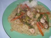 """Huhn """"Asiatisch"""" mit Gemüsestreifen auf Mie-Nudeln - Rezept"""