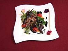 Wildkräuter-Salat mit Rinderfiletstreifen und Pinienkernen (Jay Khan) - Rezept