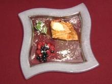 Gefüllte Crêpes mit flambierten Waldbeeren und Chantili-Crème, dazu Vanilleeis (Jay Khan) - Rezept