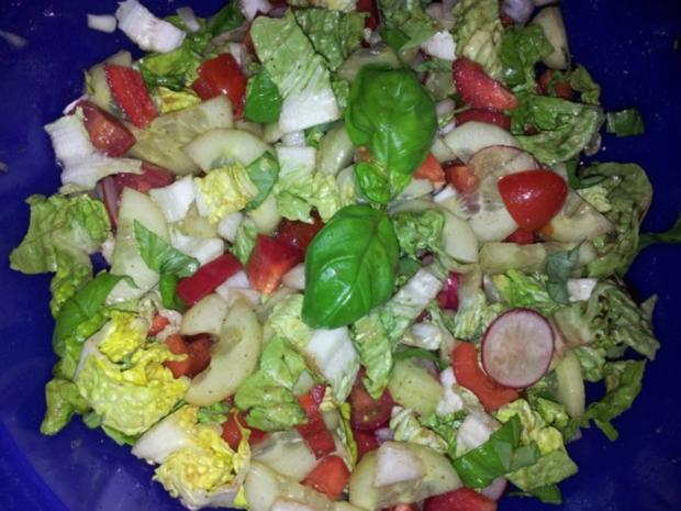 Gemüse-Salat mit Radischen, Balsamico-Essig, Knoblauch  + Kräutern - Rezept - Bild Nr. 3