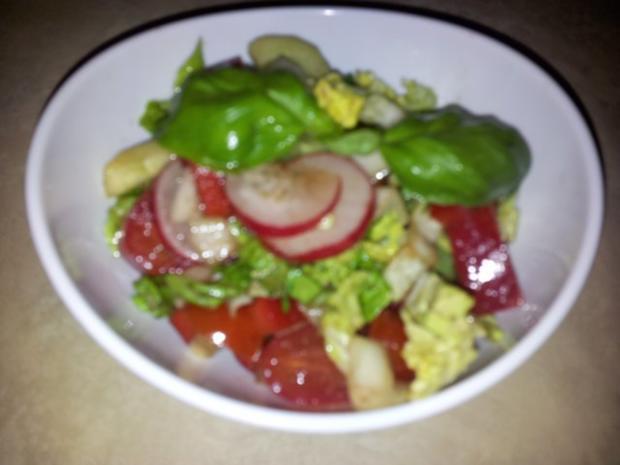 Gemüse-Salat mit Radischen, Balsamico-Essig, Knoblauch  + Kräutern - Rezept - Bild Nr. 2