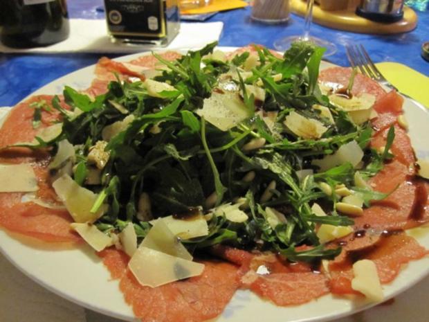 Carpaccio vom Rind an Rucola Salat mit Pinienkernen - Rezept