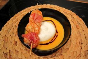 Kürbiscrèmesuppe mit Gernelen im Parmamantel - Rezept