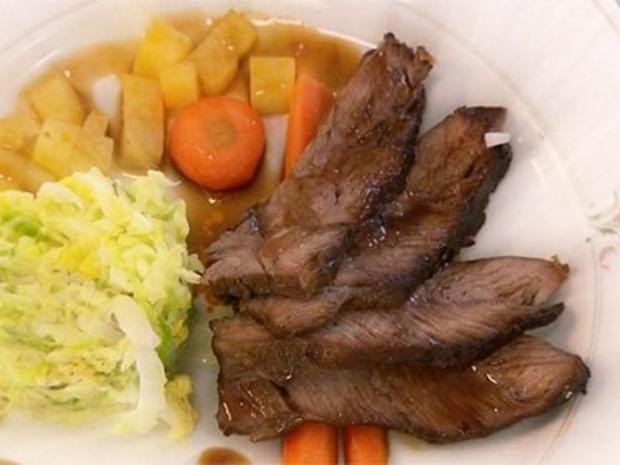 Geschmorte Lammschulter aus dem Römertopf mit Schmorgemüse und Rahmwirsing - Rezept
