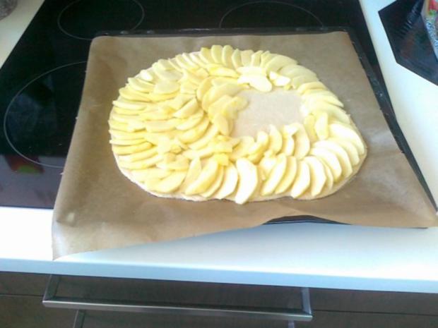 Hefe – Apfel – Blechkuchen mit eingelegten Rosinen ( 24 Monate ) - Rezept - Bild Nr. 5
