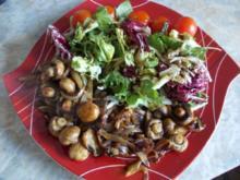 Geschmorte Champignons auf Lammfilets, dazu gemischter Salat - Rezept