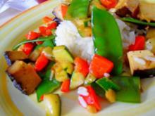 Buntes Wok-Gemüse mit Räuchertofu; dazu Reis - Rezept