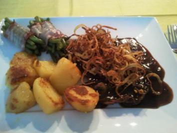 Zwiebelrostbraten mit Bratkartoffeln und Fisolen im Speckmantel - Rezept