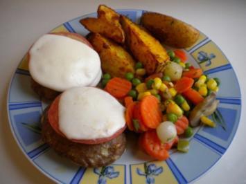 Faschierte Laibchen überbacken mit Tomate-Mozarella und Wedges - Rezept