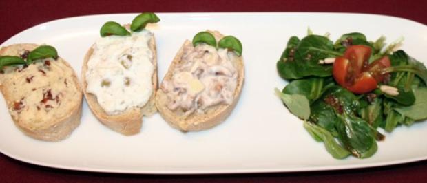 Brot mit Tomaten-Knoblauch-Butter, Schafskäse-Oliven-Chiliaufstrich, Käse-Champignon-Paste - Rezept