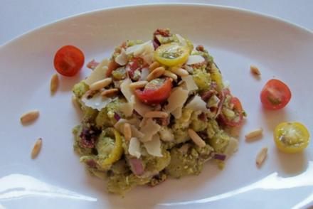Pesto-Kartoffelsalat mit Parmaschinken und Tomaten - Rezept