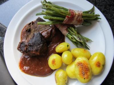 Rinderbraten (Brasato) mit Prinzessbohnenpäckchen und Kräuterkartoffeln - Rezept