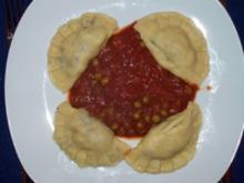 Teigtaschen mit Champignon-Schinkenfüllung und Tomatensauce mit Erbsen - Rezept