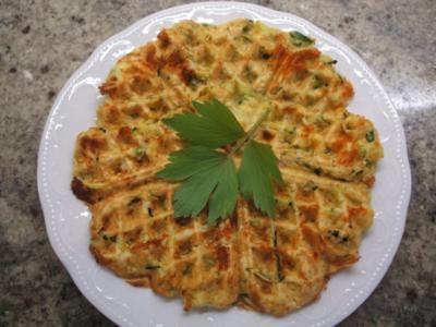Pikantes Backen: Zucchiniwaffeln mit Schafskäse - Rezept