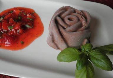 Geeiste Chili - Schokoladen - Mousse mit Basilikum - Erdbeeren - Rezept