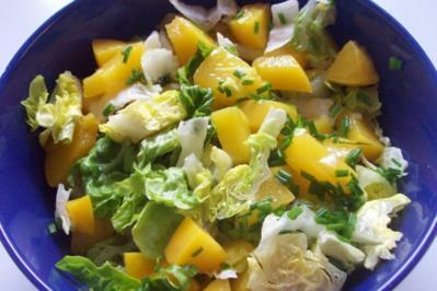 Grüner Salat mit Pfirsich und fruchtigem Joghurtdressing - Rezept