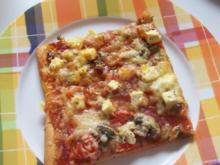 Pizza: Salami-Tomate und Schinken-Paprika mit dreierlei Käse & Kräutern - Rezept