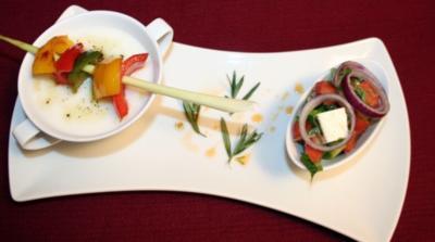 Dialog von Almsuppe und türkischem Bauernsalat mit exotischem Zitronengrasspieß - Rezept
